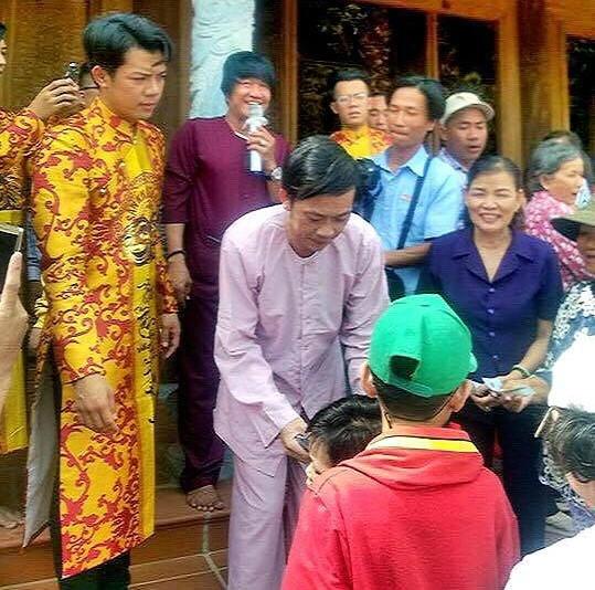 Fan vây kín, chờ nhận lì xì của Hoài Linh ở đền thờ Tổ - 4