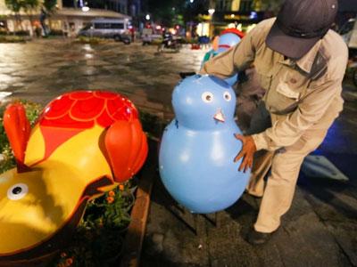 300 công nhân dọn dẹp đường hoa Nguyễn Huệ trong đêm