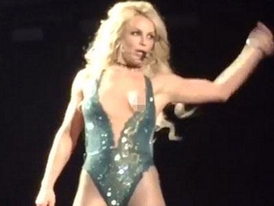 Britney Spears hớ hênh khi biểu diễn trên sân khấu