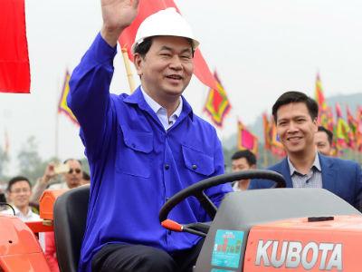 Chủ tịch nước lái máy cày ở lễ hội Tịch Điền