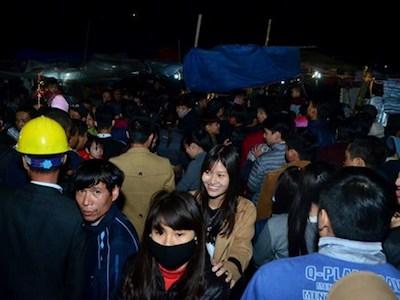 Trời mưa lạnh, chợ Viềng vẫn đông nghịt khách