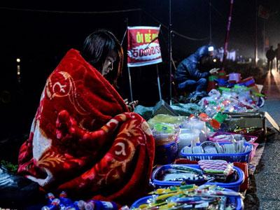 Quàng chăn bán hàng, đội mưa đi lễ chùa ở chợ Viềng