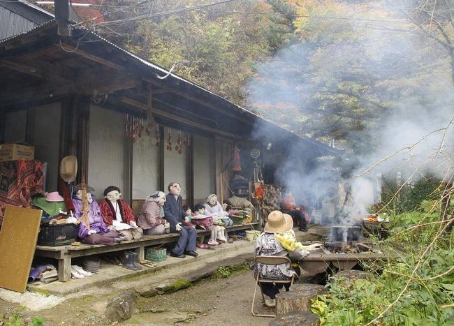 Ám ảnh khung cảnh rùng rợn của ngôi làng tại Nhật Bản nơi búp bê dần thay thế con người - Ảnh 1.