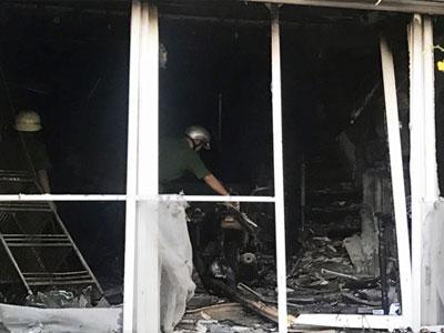 5 người kêu cứu trên sân thượng căn nhà bốc cháy ở TP HCM