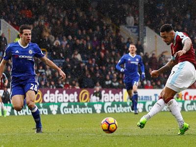 Chelsea vất vả giành một điểm trên sân Burnley