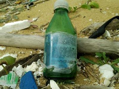 Dầu vón cục, chai lọ chữ Trung Quốc dạt suốt 7 km bờ biển