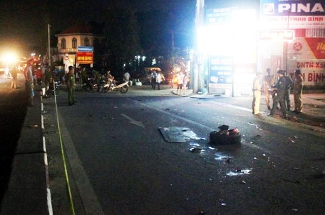 Ôtô khách tông hàng loạt xe máy dừng đèn đỏ, 2 cháu bé tử vong tại chỗ