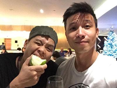 John Huy Trần cầu hôn bạn trai yêu gần 10 năm