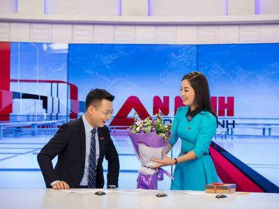 Minh Hương khiến đồng nghiệp bối rối khi tặng quà Valentine