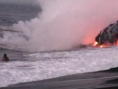 """""""Thánh liều"""" cố bơi đến điểm phun trào nham thạch để chụp ảnh tự sướng"""