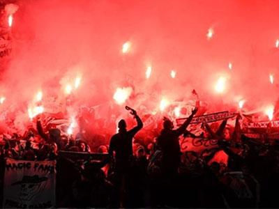 CĐV làm loạn sân Old Trafford, St-Etienne đối mặt án phạt