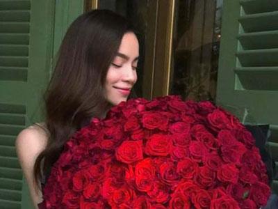 """Hồ Ngọc Hà khoe bó hồng """"khủng"""" trăm bông - quà Valentine muộn"""