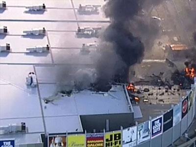 Máy bay chở 5 người rơi trúng trung tâm thương mại ở Australia