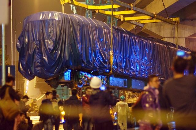 Toa thứ 2 của đoàn tàu Cát Linh - Hà Đông sẽ được cẩu lắp lên ray vào đêm 22/2 (ảnh: Mạnh Thắng)