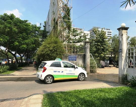 Taxi liên tục ra vào bãi đậu xe số 58 Trường Sơn