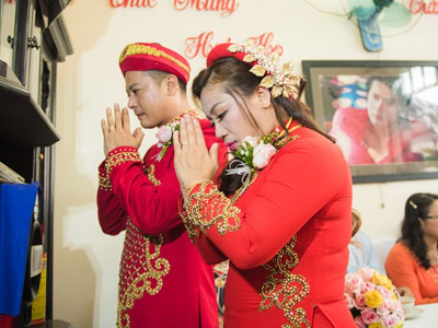 Hoàng Anh hôn vợ Việt kiều trong lễ cưới ở quê