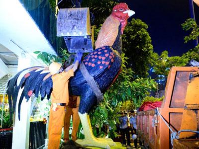 Cẩu xe sang, linh vật gà khổng lồ ở Sài Gòn về đồn