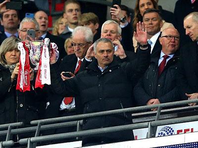 Mourinho sánh ngang Alex Ferguson ở League Cup