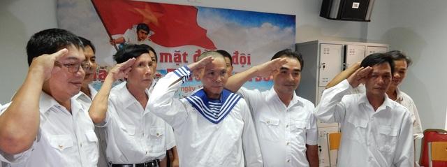 Anh Dũng cùng đội đồng giơ tay chào theo điều lệnh