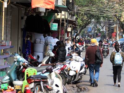 """Ảnh: Vỉa hè phố cổ Hà Nội bị các hộ kinh doanh """"nuốt"""" gọn"""
