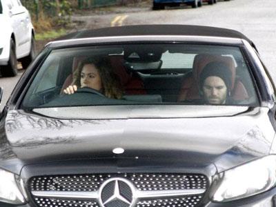 Mata nhờ bạn gái đưa đến sân tập sau khi mất người thân