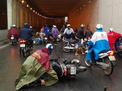 Hà Nội: Nhiều người đi xe máy bị ngã ở hầm đường bộ Kim Liên