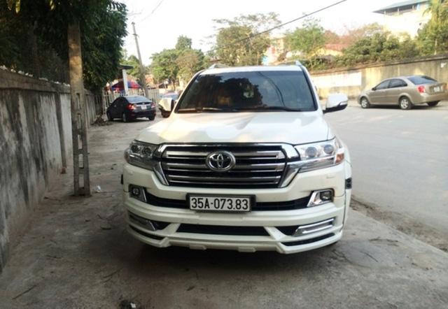 Hai chiếc Toyota ở Ninh Bình bị người dân phát hiện không có tem đăng kiểm và nghi một chiếc đeo biển giả (ảnh: ND)