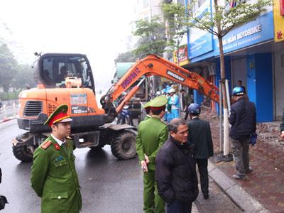 Hà Nội: Điều máy xúc phá bậc thềm trụ sở phường Quốc Tử Giám