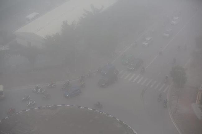 Chùm ảnh: Hà Nội mờ ảo trong sương mù dày đặc ngày cuối tuần - Ảnh 8.