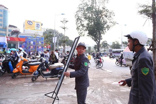 Một số tấm biển quảng cáo đã bị lực lượng chức năng thu giữ dọc tuyến phố Tôn Đức Thắng (Đống Đa, Hà Nội).