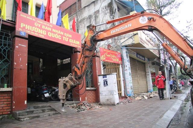 Bậc thềm lấn chiếm vỉa hè của trụ sở UBND phường Quốc Tử Giám (Đống Đa, Hà Nội) đã bị lực lượng chức năng dùng máy xúc có chức năng phá bê tông để đập bỏ.