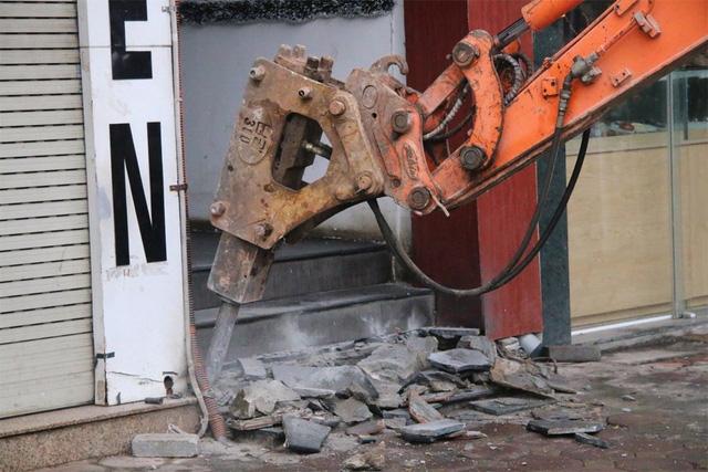 Hàng loạt công trình lấn chiếm vỉa hè trên phố Tôn Đức Thắng đã bị lực lượng chức năng phá bỏ trong sáng 11/3.
