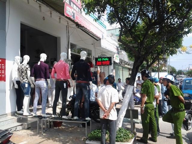 Lực lượng chức năng kiểm tra một cơ sở kinh doanh thời trang có hành vi lấn chiếm vỉa hè trên tuyến đường Trần Phú. Sau khi được nhắc nhở, cơ sở này đã chủ động đưa các vật trưng bày lấn vỉa hè vào bên trong và ký cam kết không tái phạm lấn chiếm.