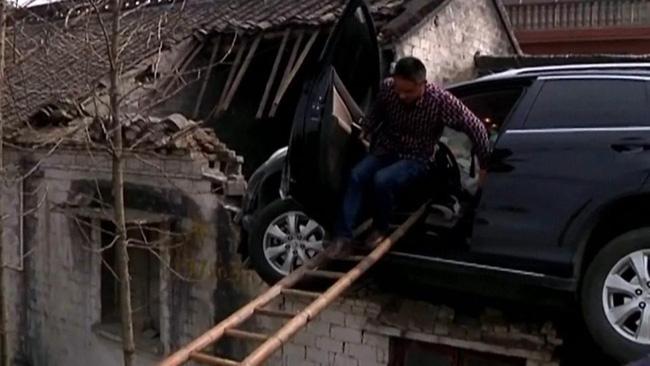 Clip: Xe điên mất lái lao thẳng lên mái nhà - Ảnh 3.