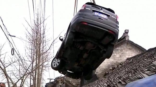 Clip: Xe điên mất lái lao thẳng lên mái nhà - Ảnh 4.