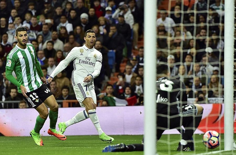 Ronaldo lap ky luc, Real doi lai ngoi dau tu tay Barca hinh anh 3