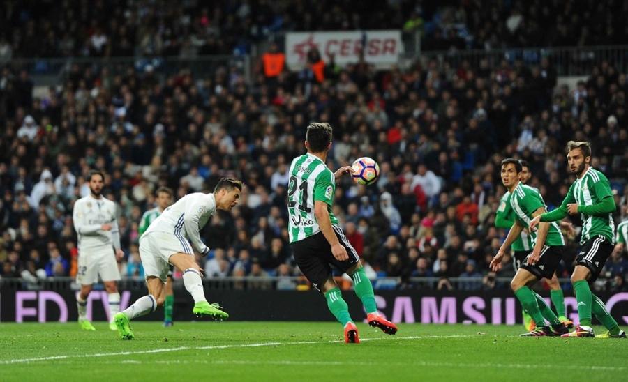 Ronaldo lap ky luc, Real doi lai ngoi dau tu tay Barca hinh anh 8