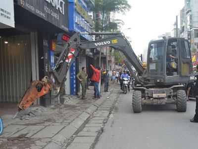 Video: Hà Nội tăng cường nhiều máy xúc phá công trình lấn chiến vỉa hè