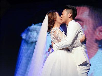 Mai Quốc Việt hôn cô dâu Việt kiều say đắm trong đám cưới