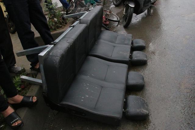 Một băng ghế trong xe khách văng hẳn ra ngoài.