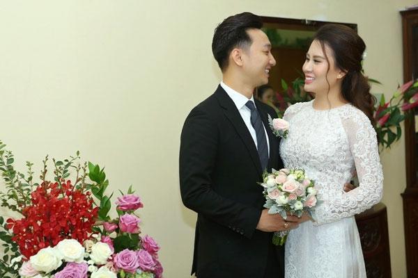 MC Thành Trung và vợ trẻ rạng rỡ trong ngày trọng đại. Được biết cặp đôi chuẩn bị cho đám cưới từ lâu. Trước đó, nam MC đã không ngần ngại thể hiện tình cảm với Ngọc Hương trên trang cá nhân.