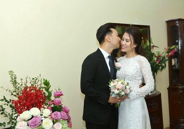 Khoảnh khắc tình tứ của MC Thành Trung và vợ mới cưới. Đây là lần kết hôn thứ hai của Thành Trung nhưng là lần đầu tiên của Ngọc Hương.