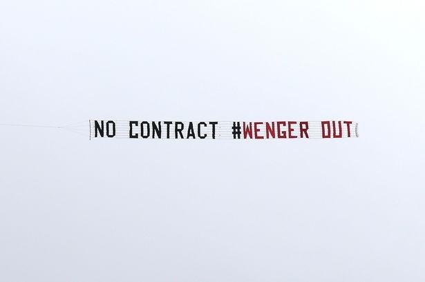 Chiếc máy bay đầu mang thông điệp kêu gọi HLV Wenger ra đi