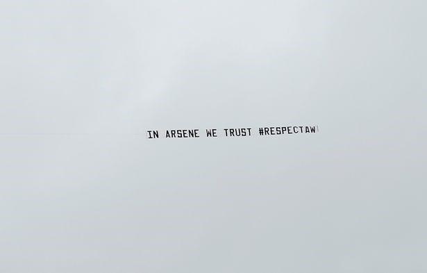 Ít phút sau, một chiếc máy bay khác ủng hộ HLV Wenger lại bay qua bầu trời