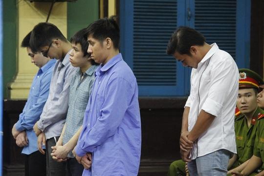 Bị cáo Như (áo trắng) và đồng phạm tại phiên tòa sơ thẩm.