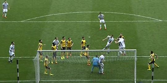 Có tới 9 cầu thủ Arsenal đứng yên nhìn hậu vệ Craig Dawson của West Brom ghi bàn