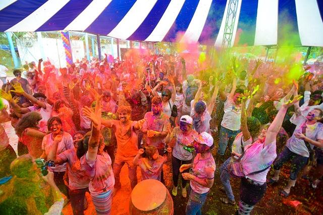 Hàng ngàn bạn trẻ đã cùng nhau tham gia cuộc đại chiến ném những túi bột đầy màu sắc nhân dịp lễ hội Holi được tổ chức tại Hà Nội.