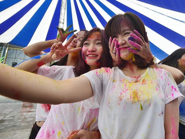 Các bạn trẻ Hà Nội hào hứng khám phá lễ hội đầy màu sắc đến tử Ấn Độ.