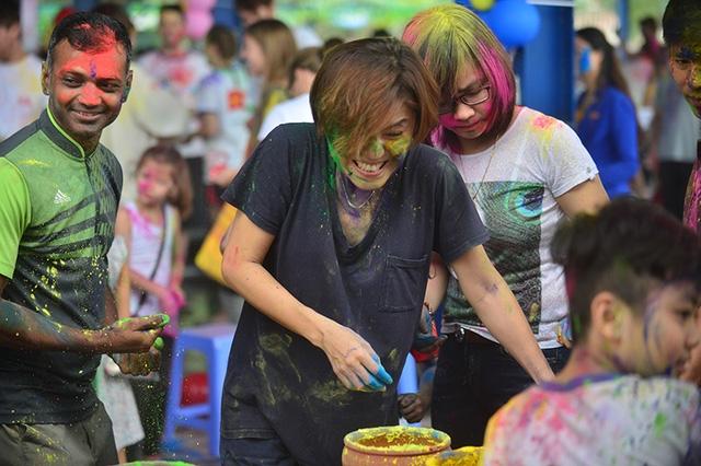 Người nào càng nhận được nhiều màu càng may mắn, các màu sắc khác nhau trong lễ hội sẽ tượng trưng cho một năm đầy may mắn.