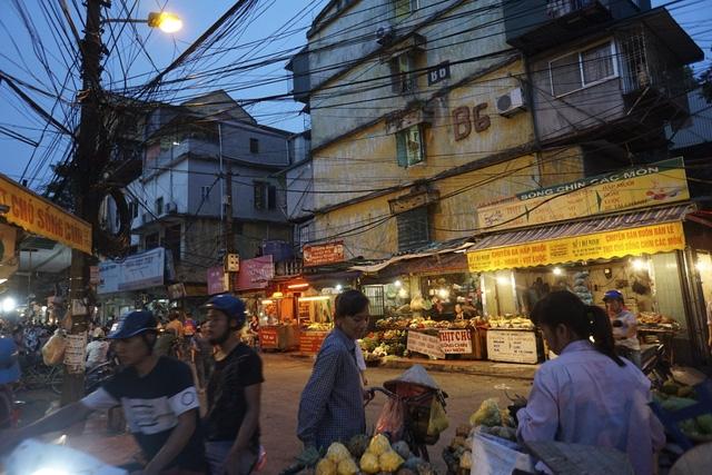 Chợ họp len lỏi trong các khu tập thể cũ. Trong ảnh là chợ cóc khuThành Công (quận Ba Đình).